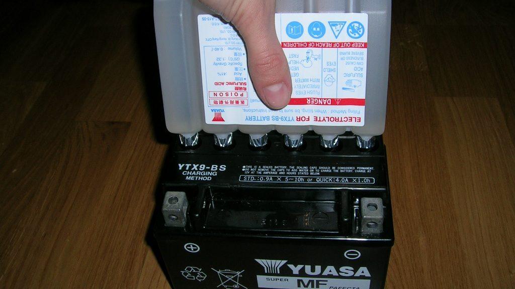 Jak zalać nowy akumulator?